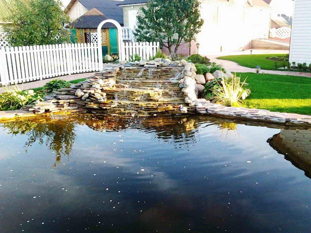 Красивый декоративный пруд с водопадом